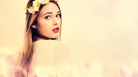 핑크 꽃 배경에 아름 다운 젊은 여자