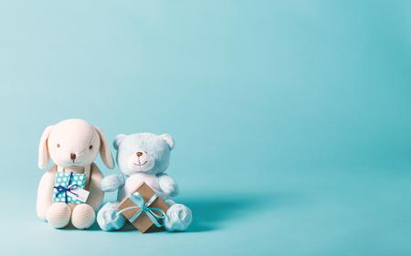 現在の箱とぬいぐるみの子のお祝いテーマ