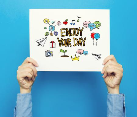 Genießen Sie Ihren Tag Text auf einem weißen Plakat auf einem blauen Hintergrund Standard-Bild - 82452085