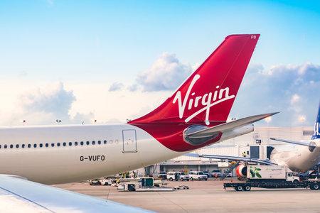 Chicago, IL - 19. August 2016: Ein Virgin Airlines-Flugzeug bereitet sich auf die Abreise vom internationalen Flughafen Chicago O'Hare vor Standard-Bild - 82473216