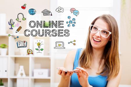 Online cursusconcept met jonge vrouw die witte glazen draagt met haar smartphone in haar huis Stockfoto