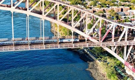 ニューヨーク - 2016 年 7 月 2 日: の空撮とアムトラック列車ニューヨークの地獄のゲート橋を渡る