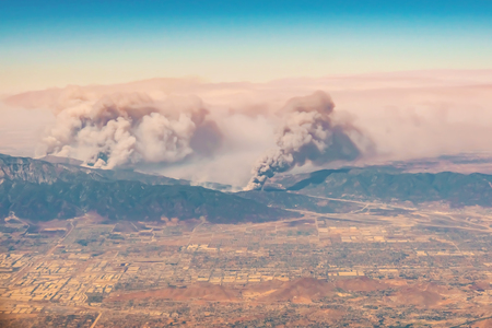 Fires burning in the mountains in north Los Angeles county, CA Stok Fotoğraf