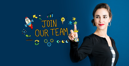 暗い青色の背景のビジネスの女性と私たちのチーム テキストに参加します。 写真素材 - 82805063