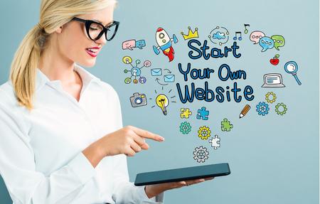 タブレットを使用してビジネスの女性とテキストあなた自身のビジネスを開始します。 写真素材