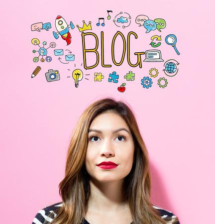 ピンクの背景に若い女性とブログのテキスト 写真素材