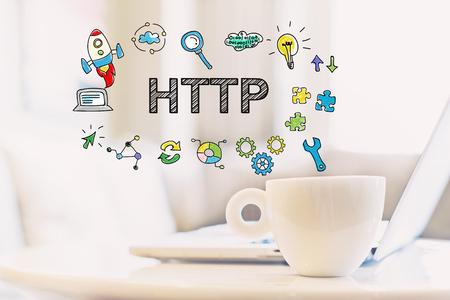 一杯のコーヒーとラップトップと HTTP 概念 写真素材