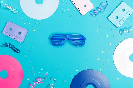 レコードやカセットで音楽フラット レイアウト オブジェクトを青い背景上のテープ 写真素材