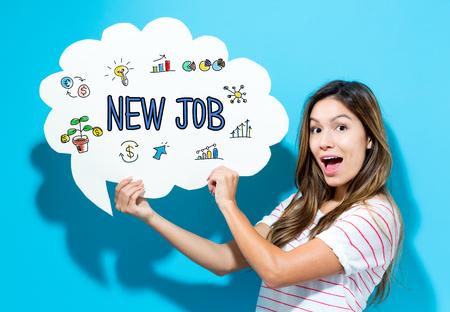 青い背景の吹き出しを保持している若い女性と新しい仕事のテキスト