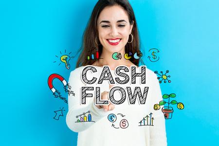 Cashflowtekst met jonge vrouw op een blauwe achtergrond Stockfoto