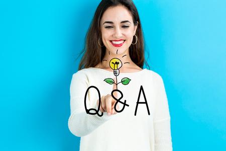 Q en een tekst met jonge vrouw op een blauwe achtergrond