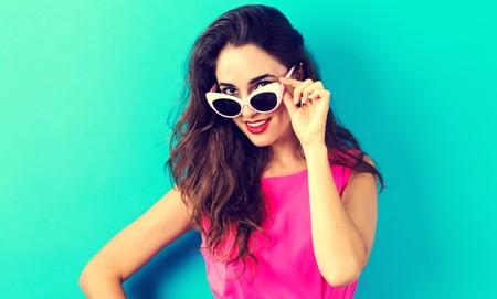 파란색 배경에 선글라스와 젊은 여자 스톡 콘텐츠