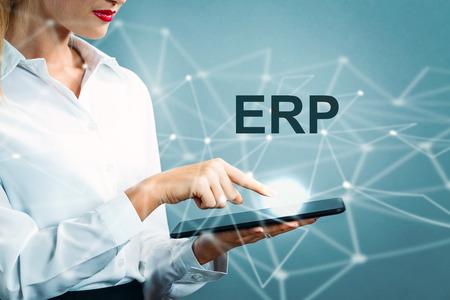 ERP-tekst met bedrijfsvrouw die een tablet gebruiken Stockfoto