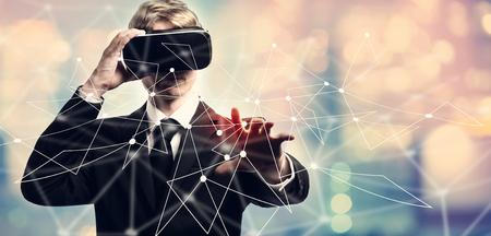 Koppelingen met zakenman met behulp van een virtuele realiteit Stockfoto - 83477165