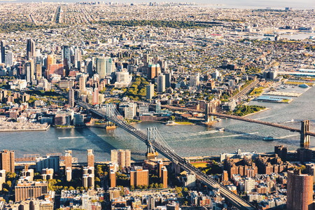 맨하탄의 낮은 동쪽의 브루클린과 맨하탄 다리의 공중보기 스톡 콘텐츠