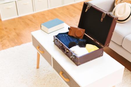 Een kleding en accessoires in een koffer inpakken voor een reis