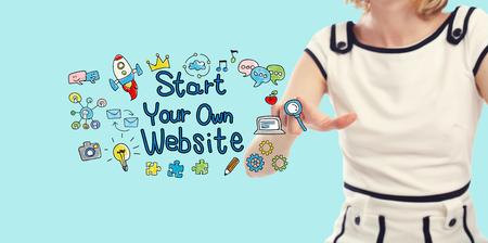 青色の背景に若い女性とあなた自身のウェブサイトのテキストを開始します。 写真素材