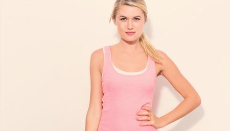 若いピンクのタンクトップの金髪の女性に合う