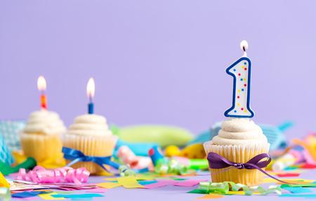 Primer tema de celebración de cumpleaños con velas de cupcake y accesorios para fiestas Foto de archivo - 83989106