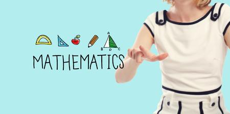 Mathematik-Konzept mit jungen Frau auf einem blauen Hintergrund Standard-Bild - 84045116
