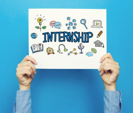 青色の背景に白いポスター インターンシップ本文 写真素材