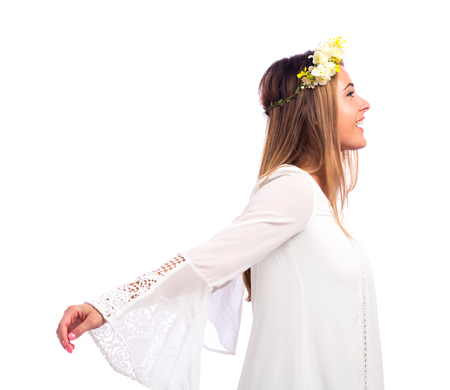 아름 다운 젊은 여자 꽃 화 환과 흰 배경에 고립 된 흰 드레스