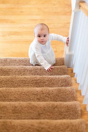 Bonne jeune fille descendant les escaliers dans sa maison Banque d'images - 84805589