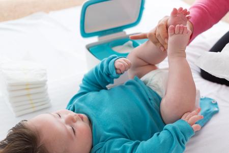 Kleine babyjongen wordt verzorgd door zijn moeder