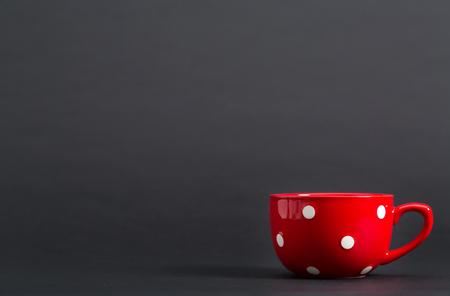 밝은 배경에 큰 빨간 커피 잔