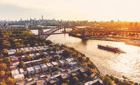 뉴욕시에서 동쪽 강 지옥 게이트 브리지의 공중보기