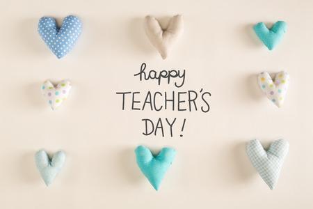 Teachers Day-bericht met blauwe hartkussens op een Witboekachtergrond