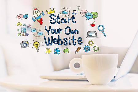 一杯のコーヒーとラップトップとスタート独自のウェブサイトをコンセプト 写真素材