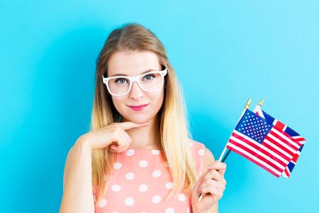Junge Frau mit Flaggen der englischsprachigen Ländern Standard-Bild - 84973919
