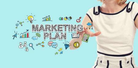 Marketingplantekst met jonge vrouw op een blauwe achtergrond Stockfoto