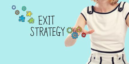 Exit Strategie concept met jonge vrouw op een blauwe achtergrond Stockfoto