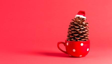 赤にサンタ帽子をかぶったクリスマスをテーマにしたピネコーン 写真素材