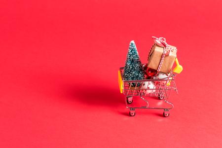 Feiertagseinkaufsthema mit Warenkorb gefüllt mit Geschenkboxen Standard-Bild - 86514541