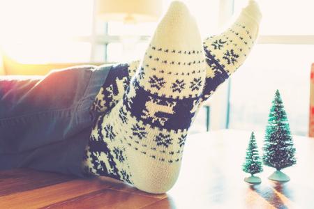 크리스마스 테마 양말 실내에서 편안한 사람