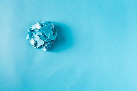 파란색 배경에 종이 조각 더미의 오버 헤드보기