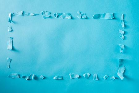 파란색 배경의 테두리 또는 테두리 모양의 용지 파쇄