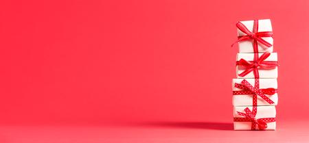 Sammlung Weihnachtsgeschenkkästen auf einem roten Hintergrund Standard-Bild - 87419444