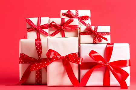 Inzameling van de huidige dozen van Kerstmis op een rode achtergrond Stockfoto