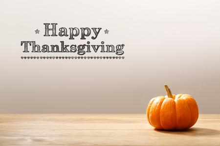 mensaje de Acción de Gracias con una pequeña calabaza anaranjada Foto de archivo
