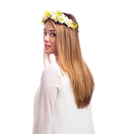 Bella giovane donna con una ghirlanda di fiori e un abito bianco isolato su uno sfondo bianco Archivio Fotografico - 88116887