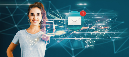 E-mail met jonge vrouw die een smartphone in haar hand standhoudt Stockfoto
