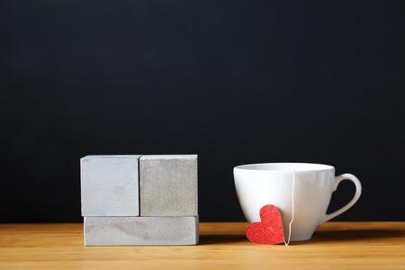 Xícara de café com blocos de madeira de cor prata Foto de archivo - 91818848
