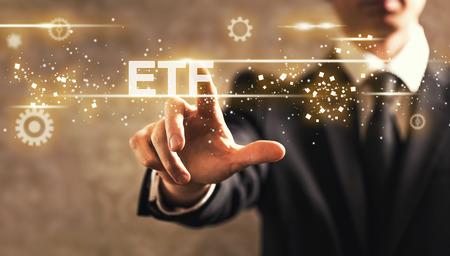 ETF-tekst met zakenman op donkere uitstekende achtergrond
