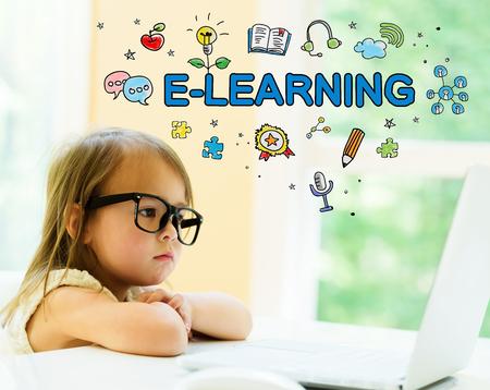 랩톱을 사용하는 어린 소녀와 함께하는 전자 학습 텍스트