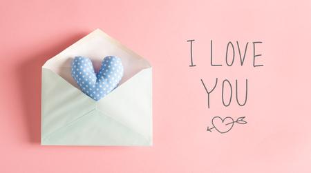당신을 사랑합니다 봉투에 푸른 심장 쿠션과 메시지