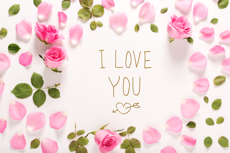 Ik hou van jou bericht met rozen en bladeren bovenaanzicht plat leggen Stockfoto